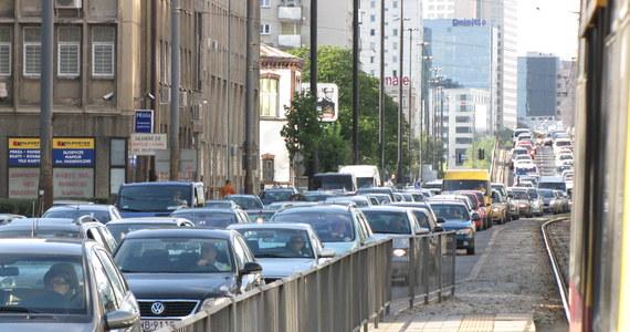 Sposób na zakorkowaną Warszawę? Ograniczenie prędkości do 30 kilometrów na godzinę, więcej ścieżek rowerowych, czy dodatkowe pasy z pierwszeństwem przejazdu dla tramwajów i autobusów. Wszystko po to, by skończyć z tranzytem przez środek miasta.