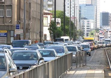 Władze Warszawy chcą spowolnić ruch samochodów w centrum