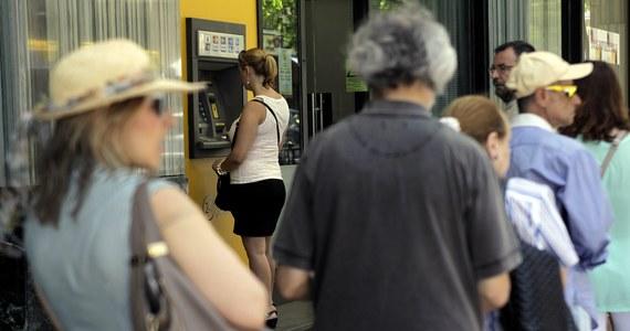 Banki w Grecji będą zamknięte do końca tygodnia - poinformowała wieczorem grecka telewizja państwowa. Z bankomatów nadal będzie można wypłacać najwyżej po 60 euro dziennie. Wcześniej źródła w rządzie w Atenach informowały, że zamknięcie banków zostanie przedłużone tylko do środy włącznie.