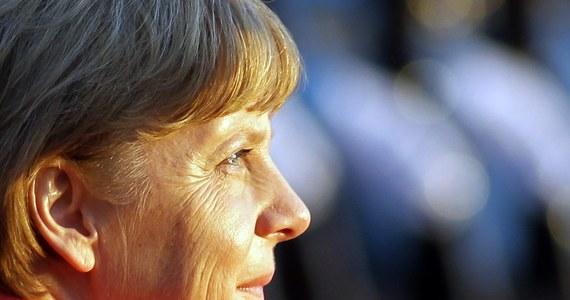 Niemiecka policja zatrzymała zamachowca, który w nocy rzucił butelkę z płynem zapalającym w kierunku urzędu kanclerskiego w Berlinie, siedziby kanclerz Angeli Merkel. W jego mieszkaniu znaleziono ulotki skrajnie prawicowego ugrupowania.
