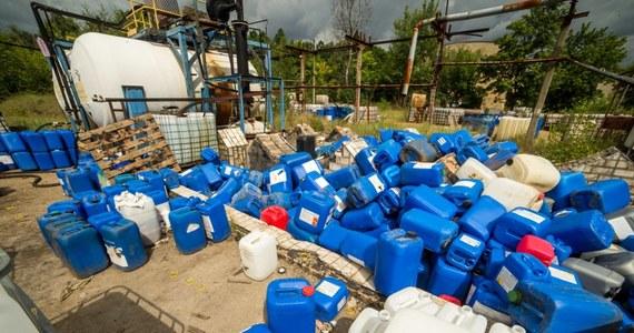 Na terenie byłych zakładów chemicznych Zachem w Bydgoszczy patrol straży miejskiej znalazł składowisko pojemników z chemikaliami. Niezabezpieczone pojemniki znajdowały się na ogólnodostępnym i nieogrodzonym terenie.