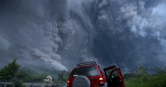Wulkan Colima, zwany też Wulkanem Ognia, w zachodnim Meksyku obudził się w czwartek do życia. Z każdym dniem staje się coraz groźniejszy. W czasie wybuchu wyrzucał lawę na wysokość kilku kilometrów. Okoliczni mieszkańcy porzucili swoje domy.