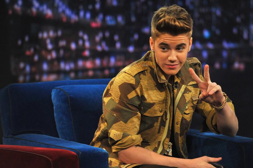 Na początku lipca Justin Bieber opublikował na Instagramie swoje nagie zdjęcie, które wywołało furorę w sieci. Internauci przesyłali przeróbki kontrowersyjnej fotografii, a kanadyjski wokalista postanowił usunąć zdjęcie i za nie przeprosić.