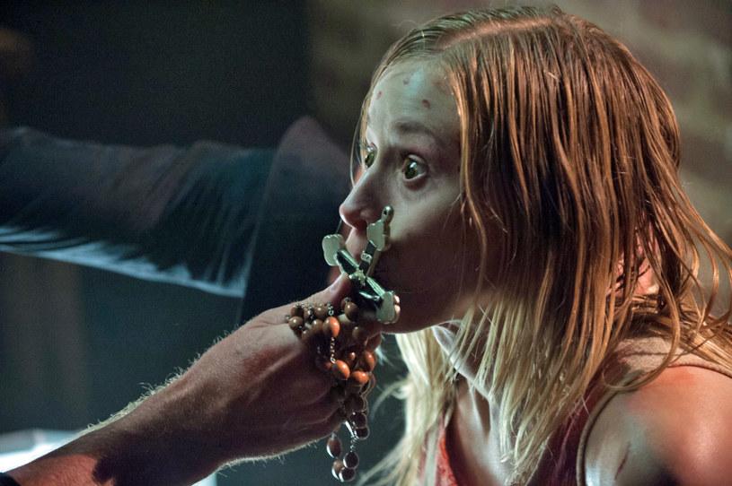 """Czy upiorna scena z """"Egzorcysty"""", w której Linda Blair jako Regan wykręca głowę o 180 stopni i wymiotuje w stronę Maxa von Sydowa, może zachęcić kogoś do zostania aktorem? Piękna """"scream queen"""" Olivia Taylor Dudley przekonuje, że tak. Po horrorze """"Czarnobyl. Reaktor strachu"""" i dreszczowcu """"The Barber"""", gwiazda i entuzjastka gatunku powraca do pełnokrwistego kina grozy. W filmie """"Taśmy Watykanu"""" spełnia swe dziecięce marzenie i gra kobietę... opętaną przed diabła!"""