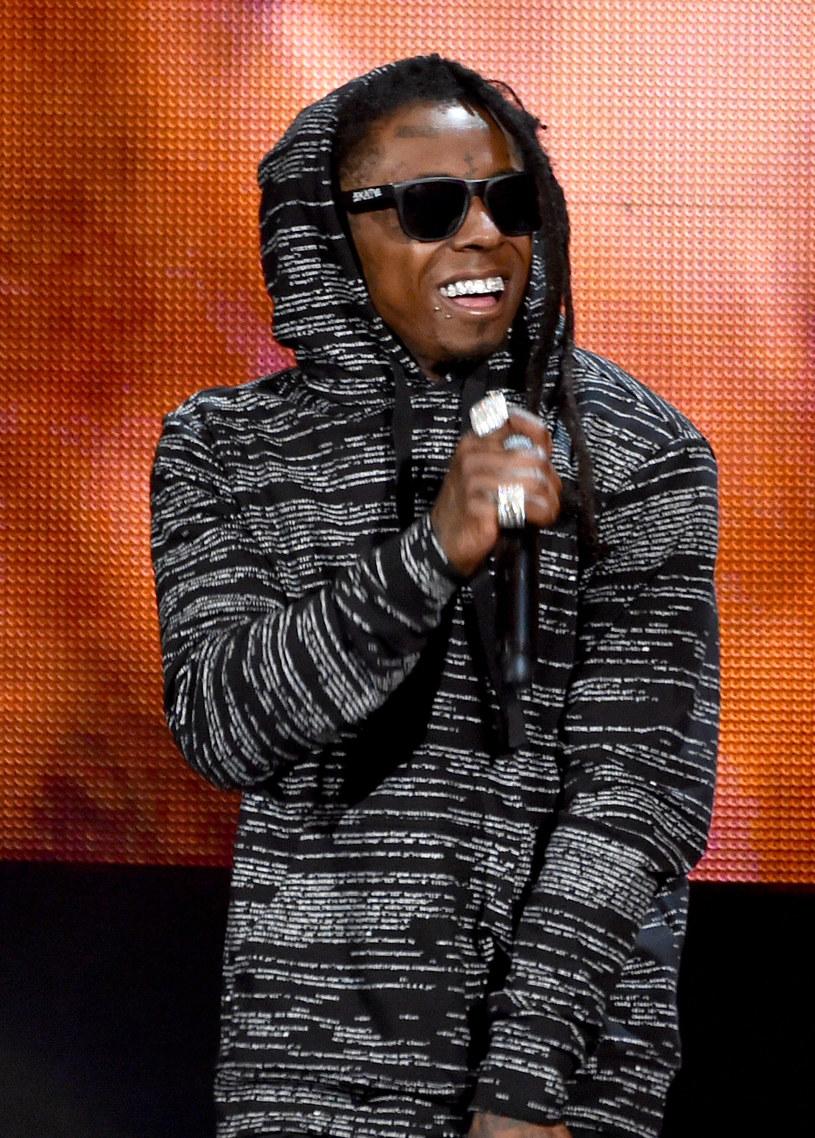 """Spór między szefem wytwórni Cash Money Bryanem """"Birdmanem"""" Williamsem a Lilem Waynem przeniósł się na wyższy poziom. Właściciel Cash Money wylał na rapera drinka w klubie na Florydzie."""