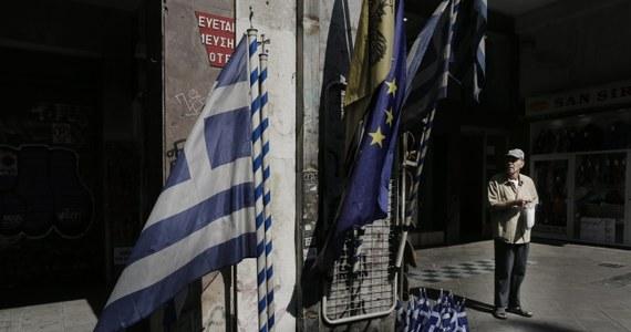 """Około 70 proc. Greków jest za zgodą parlamentu na żądany przez zagranicznych kredytodawców program oszczędności i reform – wynika z  sondażu, którego wyniki opublikował grecki dziennik """"To Wima"""". W poniedziałek rano państwa strefy euro porozumiały się po całonocnych negocjacjach w sprawie rozpoczęcia rozmów o nowym programie pomocy dla Grecji. W zamian kraj ten będzie musiał wprowadzić trudne reformy i przekazać majątek do specjalnego funduszu."""