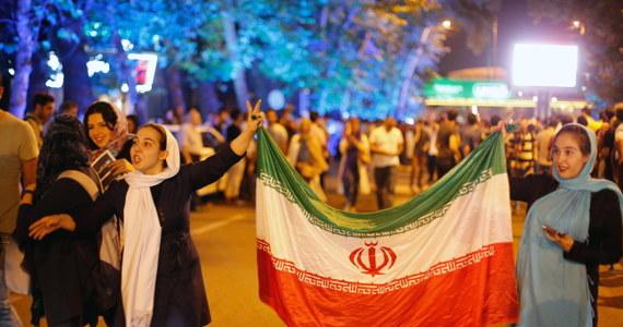Przywódca duchowo-polityczny Irańczyków Ali Chamenei podziękował irańskim negocjatorom za doprowadzenie do porozumienia ws. programu nuklearnego. Radości z umowy nie kryli Irańczycy. Na ulicach Teheranu widać było setki tańczących osób.