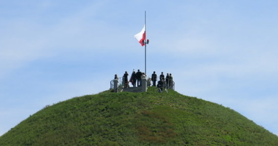 Dzień po zniknięciu biało-czerwonej flagi z masztu na kopcu Józefa Piłsudskiego dyrekcja Fundacji Miejski Park i Ogród Zoologiczny zarządzającej Lasem Wolskim, na terenie którego znajduje się wzgórze Sowiniec, wywiesiła nową.