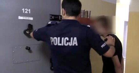 20-latek, którego policja w Katowicach uważa za głównego organizatora handlu dopalaczami w mieście, usłyszał zarzuty. Prokuratura chciała jego aresztowania, ale sąd uznał, że nie ma podstaw i nałożył na niego tylko dozór policyjny. W ciągu ostatnich dni w województwie śląskim dopalaczami zatruło się 317 osób. Dwie osoby przebywające w szpitalach nadal są w stanie krytycznym.
