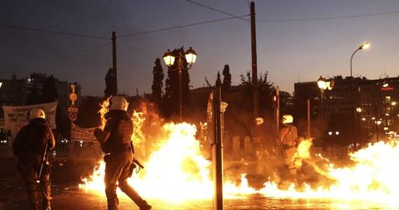Grecki parlament zagłosował za przyjęciem porozumienia z kredytodawcami i przyjął pierwszy pakiet reform gospodarczych. Był to niezbędny warunek to podjęcia negocjacji z wierzycielami na temat nowego programu pomocowego. Wieczorem doszło do starć na ateńskim placu Syntagma. Podczas demonstracji przeciwko polityce oszczędności i reform policjantów obrzucono koktajlami Mołotowa. Funkcjonariusze użyli gazu łzawiącego.