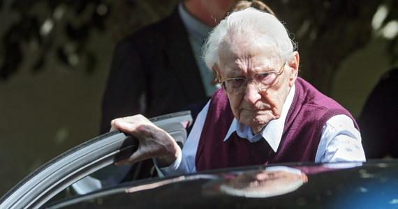 """Czy skazanie starca na karę więzienia ma sens? - pyta """"Sueddeutsche Zeitung"""" w komentarzu poświęconym wyrokowi na byłego strażnika w niemieckim obozie koncentracyjnym Auschwitz. Tak, ponieważ zasady moralne nie ulegają przedawnieniu - odpowiada komentator. Sąd w Lueneburgu skazał w środę 94-letniego Oskara Groeninga, byłego strażnika z niemieckiego obozu zagłady Auschwitz-Birkenau, na karę czterech lat pozbawienia wolności. Sędziowie uznali go winnym pomocnictwa w zamordowaniu co najmniej 300 tys. osób."""
