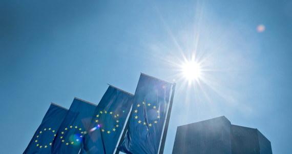 Jest porozumienie w sprawie pierwszych dodatkowych pieniędzy dla Grecji - donoszą źródła w Brukseli. Ministrowie finansów strefy euro uzgodnili w trakcie telekonferencji, że pożyczą Atenom siedem miliardów euro tak zwanej pożyczki pomostowej. Z kolei Europejski Bank zwiększy awaryjną linię kredytową dla działających w Atenach instytucji finansowych.