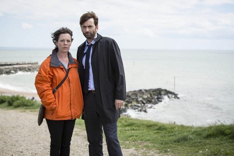 """W niedzielę, 19 lipca, kanał Ale kino+ rozpocznie emisję brytyjskiego serialu kryminalnego """"Broadchurch"""". W głównych rolach zobaczymy Davida Tennanta i Olivię Colman."""