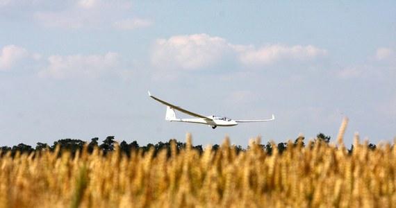 Awaryjne lądowanie szybowca w miejscowości Krzesławice na Mazowszu. Maszyna zatrzymała się na polach uprawnych. Nikomu nic się nie ustało.