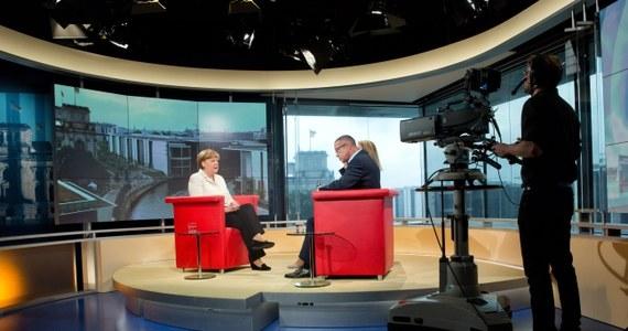 """Kanclerz Niemiec Angela Merkel opowiedziała się w wywiadzie dla pierwszego programu telewizji publicznej ARD za ostatecznym zakończeniem dyskusji o wyjściu Grecji ze strefy euro.  Wykluczyła możliwość umorzenia greckich długów; zdementowała też doniesienia o sugerowaniu przez  Wolfganga Schaeuble dymisji. Podkreśliła, że krytyka z zagranicy, zarzucająca jej chłód i brak serca oraz narzucenie Grecji """"niemieckiego dyktatu oszczędnościowego"""" nie wpływa na jej postawę. """"Nie chodzi o to, by być lubianą lub dostać nagrodę piękności"""" - wyjaśniła. """"Chodzi o to, by postąpić słusznie"""" - dodała."""