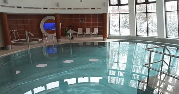 Jedno dziecko jest w stanie ciężkim po zatruciu chlorem na basenie w Niechorzu w Zachodniopomorskiem. Na hotelowej pływalni rozszczelnił się zbiornik z gazem. Do szpitala trafiło w sumie pięcioro dzieci.