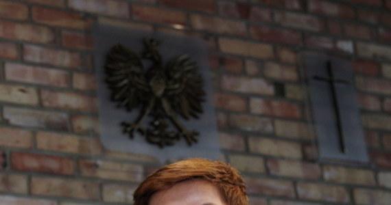 """""""Pani premier, kiedy jest ładna pogoda, jeździ na wycieczki. Natomiast, kiedy ludzie potrzebują konkretnej pomocy, kiedy potrzebują konkretnych działań i rozwiązań, zamyka się w swoim gabinecie i tam debatuje"""" – stwierdziła w Katowicach Beata Szydło, kandydatka PiS na premiera. """"Dzisiaj miejsce polskiego premiera jest tam, gdzie są te nieszczęścia, jest wśród ludzi, którzy dzisiaj tej konkretnej pomocy potrzebują"""" - oceniła. Zapewniła jednocześnie, że sama będzie próbowała pomóc poszkodowanym przez nawałnice."""