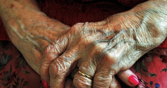 """Wirus znaleziony w kanalizacji może dać medycynie skuteczny lek, który pozwoli rozbijać w mózgu złogi białkowe prowadzące do chorób Alzheimera, Parkinsona, czy Creutzfeldta-Jakoba, pisze na swej stronie internetowej tygodnik """"New Scientist"""". Specyfik opracowany przez firmę NeuroPhage Pharmaceuticals pomyślnie przeszedł testy na cierpiących na chorobę Alzheimera myszach, którym przywrócił pamięć i zdolności poznawcze. Obiecujące wyniki testów na szczurach i małpach sprawiły, że firma chce rozpocząć testy kliniczne już z początkiem przyszłego roku."""
