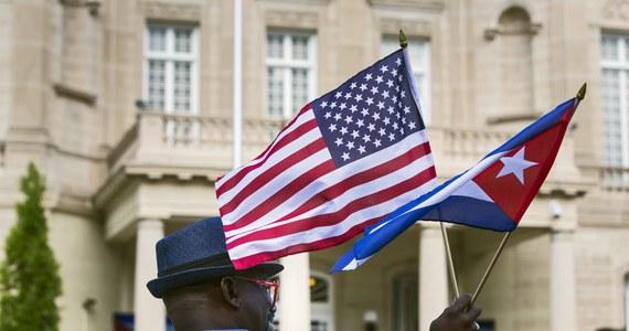 Kubańska flaga znów zawisła w poniedziałek w Waszyngtonie. To znak otwarcia ambasady Kuby w stolicy Stanów Zjednoczonych i wznowienia stosunków dyplomatycznych między obydwoma krajami po ponad półwiecznej przerwie.