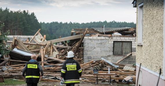 W wielu miejscach Polski trwa szacowanie strat po weekendowych nawałnicach. Najbardziej dotknięte przez żywioł miejsce to Zawały pod Toruniem. Trąba powietrzna zniszczyła tam kilkadziesiąt budynków. Poszkodowani mieszkańcy we wtorek mają dostać po 6 tysięcy złotych gminnej pomocy.