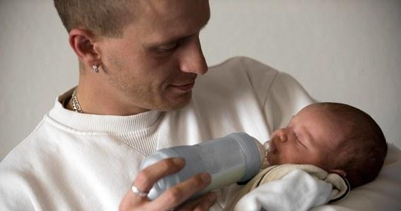 """Masz problemy z powrotem do wagi sprzed ciąży? Jesteś ojcem? To nic dziwnego, najnowsze badania potwierdzają, że po przyjściu na świat pierwszego dziecka mężczyźni tyją. Wyniki badań przeprowadzonych przez naukowców z Northwestern University Feinberg School of Medicine pokazują, że młody ojciec przybiera na wadze przeciętnie od półtora do dwóch kilogramów. Wszystko przez zmianę trybu życia. Pisze o tym w najnowszym numerze czasopismo """"American Journal of Men's Health""""."""