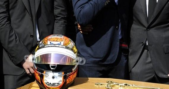 """W katedrze pod wezwaniem świętej Reparaty w Nicei odbyły się uroczystości pogrzebowe zmarłego w piątek kierowcy Formuły 1 Julesa Bianchiego.  """"Żegnaj mały książę. Nigdy nie stanął na podium mistrzostw świata, dlatego też proszę wszystkich obecnych o oklaski. Jego śmierć napawa nas ogromnym smutkiem. Jest nie fair"""" - powiedział proboszcz katedry Sylvain Brison. Na trumnie znajdował się kask sportowca."""
