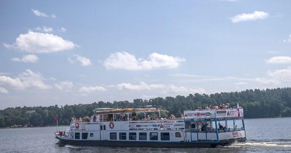 Urząd Morski w Słupsku wszczął dwa postępowania administracyjne wobec kierownika jachtu z Dźwirzyna, który wziął w rejs 31 kolonistów z opiekunami. Jego łódź mogła zabrać tylko 12 pasażerów. O tej skrajnej nieodpowiedzialności wykrytej przez Straż Graniczną pisaliśmy 1 lipca. Teraz konsekwencje zaczyna wyciągać Urząd Morski.