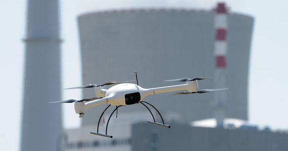 W Stanach Zjednoczonych obowiązują rygorystyczne przepisy w kwestii samolotów bezzałogowych. Co nie znaczy, że Amerykanie w 100 procentach stosują się do obowiązujących zasad. Federalna Administracja Lotnicza otrzymuje dziesiątki raportów mówiących o incydentach, gdzie drony latały zbyt blisko lotnisk. Całkiem niedawno piloci maszyn podchodzących do lądowania na lotnisku JFK w Nowym Jorku informowali o dronie, który zbliżał się do samolotów.