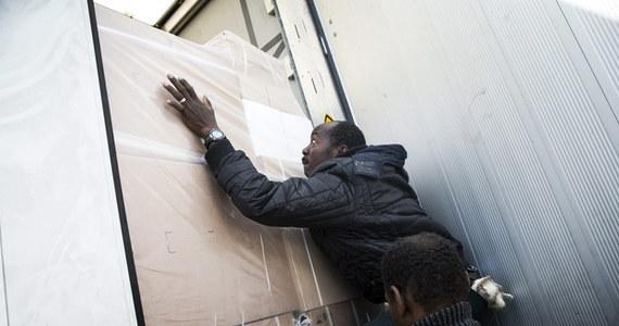 Operator tunelu pod kanałem La Manche, spółka Eurotunnel, poinformowała, że zwrócił się do francuskich i brytyjskich władz o wypłatę ok. 10 mln euro. Ma to związek z kryzysem związanym z imigrantami w porcie Calais po francuskiej stronie tunelu.