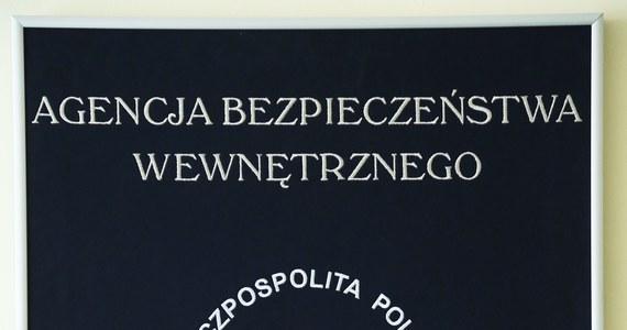 Agencji Bezpieczeństwa Wewnętrznego współdziałała przy rozbiciu międzynarodowej grupy wyłudzającej zwrot VAT przy fikcyjnym handlu elektroniką w ramach UE - poinformował rzecznik prasowy ABW płk Maciej Karczyński. W Polsce w związku z tą sprawą zatrzymano 3 osoby. Grozi im do 10 lat więzienia.