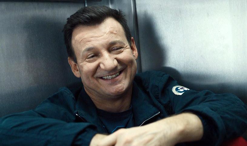 """Czy szczęście może być zaraźliwe? Pewnie, że tak! Edward (Robert Więckiewicz) udowadnia, że życiową radość da się odnaleźć bez medytacji w Indiach i kosztownego poszukiwania siebie na drugim końcu świata. Bohater """"Króla życia"""" pozostawi widzów z uśmiechem na twarzy już 25 września."""