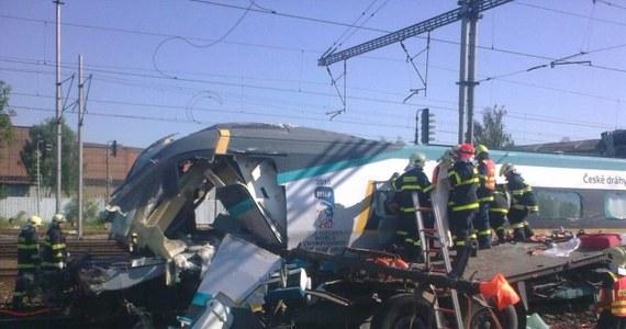 Polski kierowca tira, który doprowadził w środę do zderzenia z pociągiem Pendolino w Czechach, usłyszał zarzut spowodowania powszechnego zagrożenia z niedbalstwa. W razie skazania grozi mu od 3 do 10 lat więzienia.