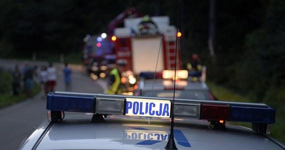 Tragiczny wypadek na drodze w pobliżu Bargłowa Kościelnego na Podlasiu. Samochód osobowy wypadł tam z drogi i dachował. W środku było czterech 15-latków. Jeden z nich nie żyje.