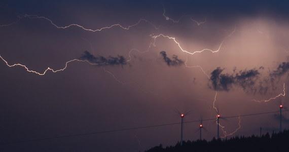 W ostatnich dniach nad Polską przechodzą gwałtowne burze. W piątek od uderzenia pioruna zginęła 34-latka. Strażacy apelują o ostrożność i rozwagę. Radzą również, jak zachować się w czasie nawałnicy.