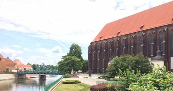 Zabytki, wspaniały widok na zabytkowy Ostrów Tumski i przystań, z której można wyruszyć w rejs po Odrze. To najczęściej wymieniane zalety Wyspy Piasek we Wrocławiu - blisko pięciohektarowej oazy spokoju w samym centrum stolicy Dolnego Śląska.
