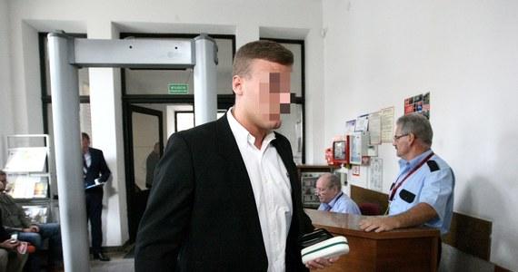 Robert N. ps. Frog, najsłynniejszy polski pirat drogowy, ponownie stanie przed sądem, ale nie za brawurową jazdę. Mokotowska prokuratura oskarżyła go o wykorzystanie nieprawdziwych dokumentów o zarobkach przy braniu kredytów, w sumie ok. 53 tys. zł – dowiedział się portal tvp.info.