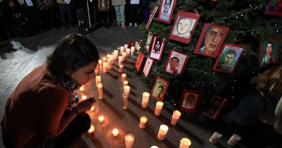 Poszukiwania 43 meksykańskich studentów zaginionych w stanie Guerrero doprowadziły do odkrycia w ciągu minionych 10 miesięcy co najmniej 60 ukrywanych do tej pory grobów ze 129 ciałami. Takie informacje przekazała meksykańska prokuratura generalna.