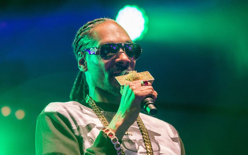 Wracający z koncertu w Uppsali (Szwecja) Snoop Dogg został zatrzymany podczas kontroli drogowej. Policjanci podejrzewali, że raper jest pod wpływem narkotyków. Gwiazdor zareagował potem oburzeniem w mediach społecznościowych.