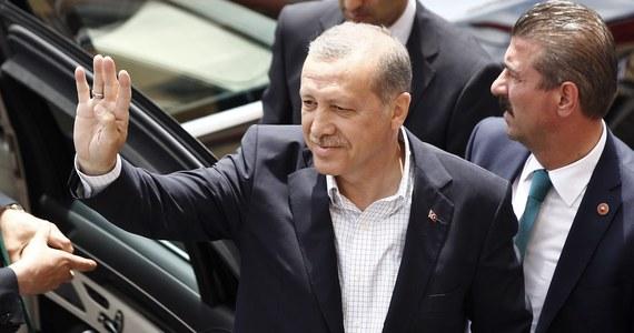 """""""W interesie krajów zachodnich nie leży, aby Turcja atakowała pozycje kurdyjskie. Zwłaszcza, że to Kurdowie na północy Syrii i Iraku skutecznie przeciwstawiają się terrorowi Państwa Islamskiego"""" – uważa dr Fuad Jomma, politolog z Uniwersytetu Szczecińskiego i Kurd pochodzący z Syrii. Od soboty turecka armia ostrzeliwuje zarówno islamistów, jak i Kurdów. We wtorek zaogniającą się sytuacją zająć mają się członkowie NATO."""