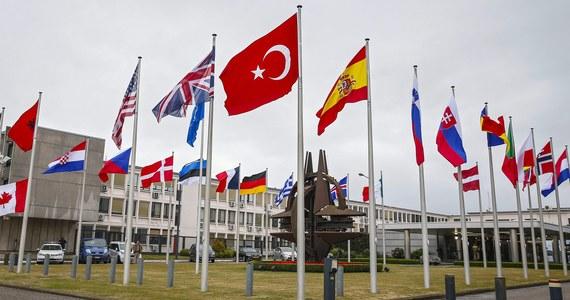 """Nie będzie dodatkowego wsparcia wojskowego dla Turcji - to rezultat nadzwyczajnego spotkania Rady Północnoatlantyckiej w Brukseli. """"Turcja ma świetne siły zbrojne, ma drugą największą armię w NATO"""" - oświadczył szef Sojuszu Jens Stoltenberg. Jak nieoficjalnie dowiedziała się jednak dziennikarka RMF FM Katarzyna Szymańska-Borginon, uzgodniono natomiast zwiększenie wymiany wywiadowczej."""