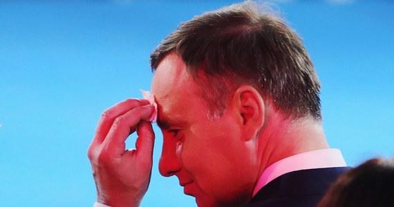 """""""Do inauguracji prezydentury Andrzeja Dudy pozostał nieco ponad tydzień. W otoczeniu elekta trwają gorączkowe przygotowania, ale wciąż nie jest znany dokładny program. Ma zostać ustalony do czwartku"""" – pisze w środowym wydaniu """"Rzeczpospolita"""". """"Choć po 1989 roku już pięć razy mieliśmy tego typu uroczystości, to wciąż nie wypracowano żadnego ceremoniału"""" - zauważa w rozmowie z dziennikiem dr Janusz Cibora, badacz dziejów dyplomacji i znawca protokołu dyplomatycznego z Uniwersytetu Gdańskiego."""