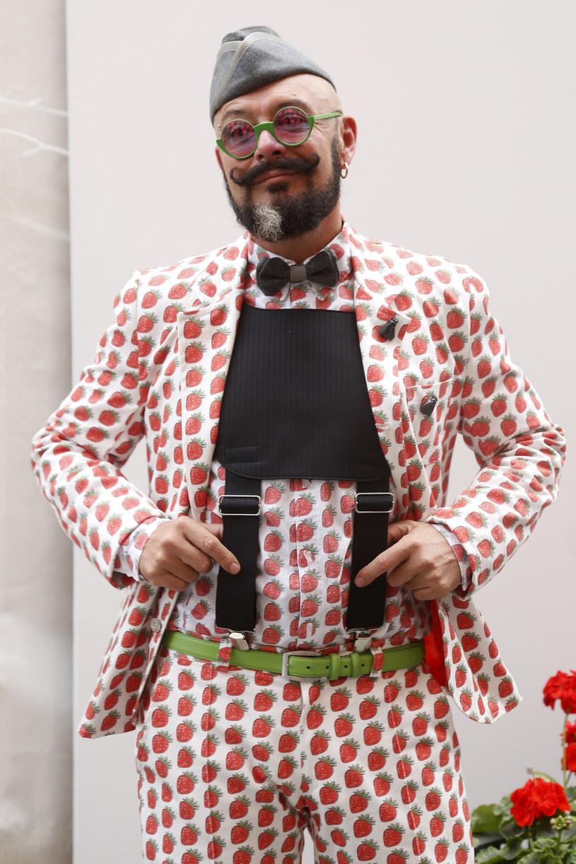 """Tomasz Jacyków przyznaje, że wykorzystuje urlop najlepiej, jak się tylko da. Ładuje akumulatory, bo w życiu zawodowym czeka go niezwykle intensywny czas. Jesienią znów wyruszy ze swoją przewoźną pracownią krawiecką i będzie zmieniał Polkom garderobę w drugim sezonie programu """"Jacyków w twojej szafie"""" w Polsat Café. Wspólnie z Danielem Wielebą poprowadzi też audycję radiową """"Design wg Gwiazd"""", a w międzyczasie będzie pisał swoją drugą książkę."""