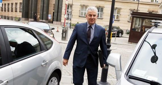Prokuratura Okręgowa w Ostrowie Wielkopolskim umorzyła część śledztwa dotyczącego nieprawidłowości przy wydawaniu pozwoleń na broń przez łódzką policję. Z ulgą mogą odetchnąć Cezary Grabarczyk (PO) i Dariusz Seliga (PiS) - prokuratura uznała, że nie złamali prawa.