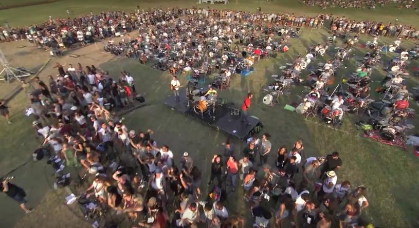 Nietypową akcję zorganizowano we włoskiej Cesenie. Otóż tysiąc muzyków postanowiło zaprosić w muzyczny sposób Dave'a Grohla do swojego miasta.