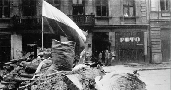 """1 sierpnia 1944 roku na rozkaz Komendanta Głównego AK gen. Tadeusza Komorowskiego """"Bora"""" w Warszawie wybuchło powstanie. Przez 63 dni powstańcy prowadzili z wojskami niemieckimi heroiczną i osamotnioną walkę. Ich bohaterski bój okazał się największą akcją zbrojną podziemia w okupowanej przez Niemców Europie. Planowane na kilka dni, Powstanie Warszawskie trwało ponad dwa miesiące."""