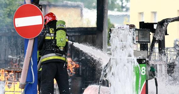 Koniec akcji gaśniczej w zakładach firmy Solwent w Płocku. Dwie godziny temu na stacji paliw doszło do wybuchu jednego ze zbiorników z chemikaliami, składnikami paliw, między innymi ksylenem. Mieszkańcy Płocka z kilku kilometrów obserwowali kłęby czarnego dymu.