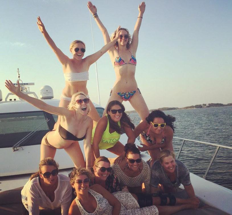 """Gwiazda filmu """"Wykolejona"""", Amy Schumer, spędza wakacje w towarzystwie Jennifer Lawrence. Dowodem fotografia """"ludzkiej piramidy"""" zamieszczona na jej Instagramie."""