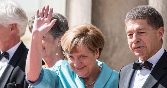 """Niemiecka kanclerz Angela Merkel zdecydowała, że w wyborach parlamentarnych w 2017 roku będzie ubiegać się o czwartą kadencję i już zaczęła przygotowania do kampanii wyborczej - poinformował """"Der Spiegel"""" na swej stronie internetowej. Zdaniem tygodnika kampania będzie prowadzona z berlińskiej centrali CDU w Konrad-Adenauer-Haus i trwa już rekrutacja pierwszych wolontariuszy."""