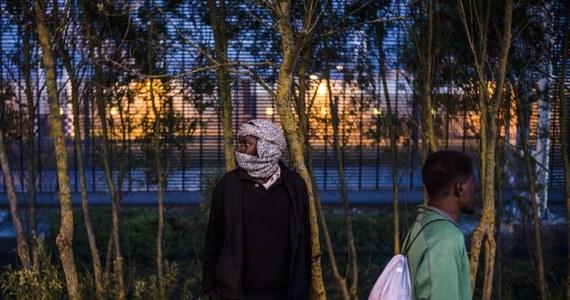 """Rozwiązanie problemu nielegalnych imigrantów, których tysiące próbują przedostać się z Calais we Francji do W. Brytanii, to dla Paryża i Londynu  """"absolutny priorytet"""" - napisali szefowie resortów spraw wewnętrznych obu państw w deklaracji opublikowanej w niedzielę w piśmie """"Le Journal du Dimanche"""". Brytyjski rząd przeznaczy 10 mln euro na wzmocnienie bezpieczeństwa terminalu w Coquelles, niedaleko Calais, który w ostatnich dniach był masowo oblegany przez nielegalnych imigrantów."""