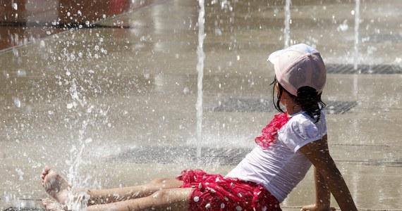 Fala zwrotnikowych upałów zbliża się do Polski. Na termometrach zobaczymy nawet do 37-38 stopni Celsjusza. Największy żar ma lać się z nieba w sobotę. Synoptycy nie wykluczają, że może paść rekord temperatur i ostrzegają, że tak ekstremalna pogoda stanowi zagrożenie dla naszego zdrowia.